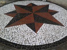 """""""Mosaico com Pedra Portuguesa ou pedra mosaico"""",a sua aplicação pode ser apreciada em projetos como o do Largo de São Sebastião, construído em Manaus no ano de 1901 e que inspirou o famoso calçadão da Praia de Copacabana ; Descrição: Mosaico em pedra portuguesa """"Rosa dos Ventos"""" instalada em área externa residencial. www.mosaicosmonica.com"""