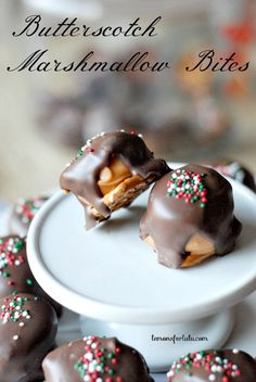 These Butterscotch Marshmallow Bites are simple and quick no bake treats! Candy Recipes, Holiday Recipes, Dessert Recipes, Christmas Recipes, Holiday Snacks, Christmas Desserts, No Bake Treats, Yummy Treats, Sweet Treats