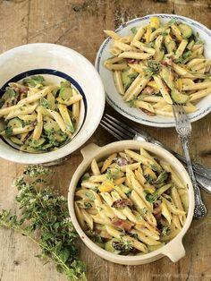 Carbonara je klasická omáčka na těstoviny se smetanou, slaninou a parmezánem. Zkuste její letní verzi obohacenou o křupavé cuketky a voňavý tymián. Penne, Jamie Oliver Pasta, Creamy Carbonara Sauce, Carbonara Recept, Pasta Recipes, Dinner Recipes, Dinner Ideas, Cooking Recipes, Healthy Recipes