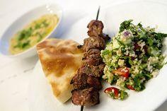 Shish kebab med tabouleh, hummus og hjemmelaget pita