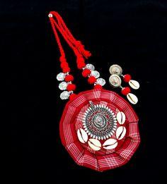 Handmade Jewelry Designs, Handmade Accessories, Handmade Necklaces, Craft Jewelry, Fabric Jewelry, Beaded Necklace Patterns, Beaded Bracelets, Navratri Dress, Thread Jewellery