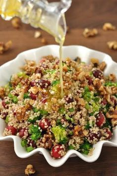 Cranberry Quinoa Salad with Candied Walnuts :: hands-down one of my favorite holiday side dish recipes! This tasty cranberry quinoa salad is packed with juicy cranberries, vibrant veggies, and homemade candied walnuts! Healthy Salad Recipes, Vegetarian Recipes, Cooking Recipes, Recipes With Quinoa, Quoina Recipes, Walnut Recipes, Juicer Recipes, Vegetarian Lunch, Avocado Recipes