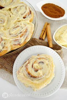 Roles de canela (rollos de canela o cinnamon rolls) con glaseado de queso crema