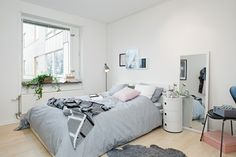 gemütlich möbliertes apartment schlafzimmer spiegel nachttisch