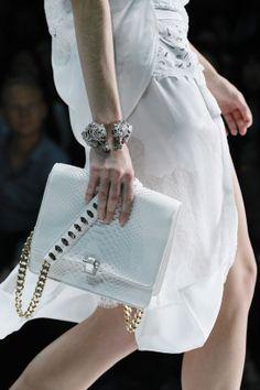 Le bracelet panthère de Roberto Cavalli http://www.vogue.fr/joaillerie/tendance-des-podiums/diaporama/les-tendances-bijoux-de-la-fashion-week-printemps-ete-2013/10154/image/635185#le-bracelet-panthere-de-roberto-cavalli