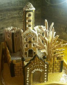 Piparilinna tehty gluteeittomasta taikinasta. Halusin kokeilla jotakin hieman erilaista rakennelmaa kun pieniä taloja on tullut tehtyä useampia. Linna kasattu ja koristeltu pikeerillä. Lisäksi koristelussa on käytetty lakritsikolaa ja nomparelleja. - by Maru -- Piparkakkutalo, Joulu, Gingerbread house, Christmas