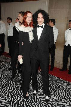 Karen Elson et Jack White, gala du Costume Institute 2009 au Metropolitan Museum of Art http://www.vogue.fr/mode/inspirations/diaporama/belles-en-smoking/4685/image/374632#karen-elson-et-jack-white-gala-du-costume-institute-2009-au-metropolitan-museum-of-art