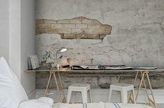Un papier-peint original : un faux mur abimé ! donne une touche d'authenticité à vos pièces | Faux raw wall via French by Design