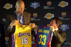 Presentación del partido que disputaron Los Angeles Lakers y el Regal F.C. Barcelona durante la gira NBA Europe Live Tour, a cargo de Kareem Abdul Jabbar y Joan Laporta.
