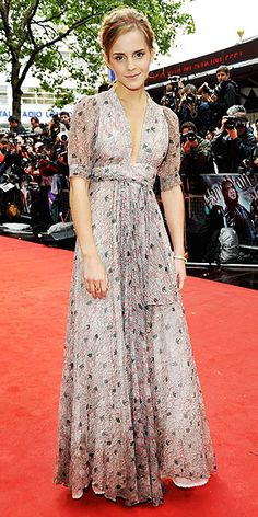 It has been ten years since Emma Watson occupied the Harry Potter spotlight as the character frizzy-haired Hermione Granger. From the point, Emma Watson has undergone the amazing style transformation of magical proportions. Emma Watson Dress, Emma Watson Style, Grey Vintage Dresses, Emma Watson Red Carpet, Enma Watson, Ossie Clark, Night Looks, Red Carpet Fashion, Gray Dress