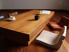 和室にも合いそうな、渋いテーブル。床座生活にピッタリ!