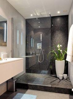Réalisation d'une salle de bain avec douche à l'italienne, mosaîque, grande baie de protection.