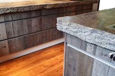 Progressives Wohnen - Küchenblock aus massivem Stein und rustikalen Fronten aus Holz