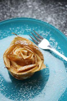 Feine, hübsch anzusehende Apfel-Blätterteig-Rosen, gefüllt mit Karamellcreme - ein ganz einfach und schnell nachzumachendes Rezept von kathastrophal.de