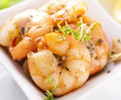 Un secondo piatto a base di pesce, leggero e delicato, il cui sapore è esaltato dalle arance e da un goccio di brandy. È l'ideale per una cena di San Valentino improntata su piatti eleganti e mai banali, e che mette sempre il gusto in prima fila.