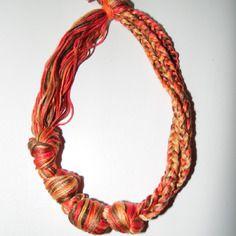 Joli collier en fils de coton tons orange