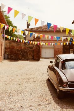 fanions, fête de village, voiture DS, transports