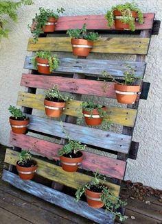 17 Creative DIY Pallet Planter Ideas for Spring - Diy Garden Decor İdeas Plantador Vertical, Vertical Gardens, Front Gardens, Pallet Crafts, Diy Pallet Projects, Fun Projects, Backyard Projects, Project Ideas, Backyard Ideas