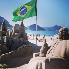 Una estatua de arena representa al Papa Francisco en la #playa de Copacabana en Río de Janeiro, Brasil donde más de 1,5 millones de peregrinos de todo el mundo se espera que asistan a la Jornada Mundial de la Juventud. Foto: AFP