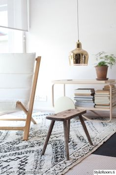 olohuone,beni ouarain,beni ouarain matto,artek,artek a330s,artek tarjoiluvaunu Scandinavian Style, Nordic Style, Living Styles, Dream Decor, Dining Room Chairs, White Walls, Colorful Interiors, Sweet Home, House Design