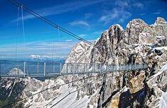 Die höchste Hängebrücke Österreichs führt am Dachsteinmassiv über eine 400 Meter tiefen Abgrund