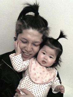 Miyavi and his daughter Asian Men, Asian Girl, Miyavi, The Way He Looks, Gackt, Photography Poses For Men, Japanese Boy, Celebs, Celebrities