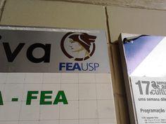 USP - De: Instituição da FEA . Para: Alunos, visitantes, professores, funcionários. Quando: Algo em torno dos últimos 10 anos, julgando pela boa conservação. + A identidade visual da FEA usa temas clássicos e passam o ar de seriedade.