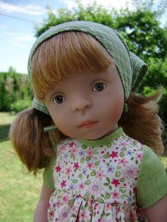 """Je vous présente Lina, c'est une demoiselle qui a vu le jour dans les locaux de la célèbre marque Käthe Kruse. C'est une poupée de la série """"Minouche - Sylvia Natterer"""" de l'année 2009. Elle est jolie dans sa tenue d'origine (elle a même un petit seau..."""