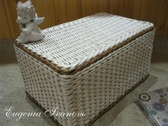 Плетение из газет Baskets On Wall, Wicker Baskets, Gift Baskets, Rattan, Papercrete, Newspaper Crafts, Sewing Baskets, Flower Girl Basket, Wicker Furniture