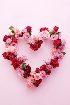 valentines day flowers this creative DIY for a rose flower heart wreath to share the love + decorate for Valentines Day. Valentine Day Wreaths, Valentines Day Decorations, Valentine Day Crafts, Valentine Ideas, Roses Valentines Day, Valentine Images, Printable Valentine, Valentine Nails, Homemade Valentines