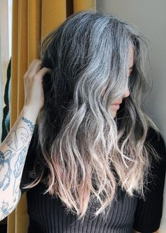 Grey Hair Roots, Grey Curly Hair, Long Gray Hair, Dark Hair, Grey Hair Natural, Short Hair, Grey Hair Styles For Women, Long Hair Styles, Grey Hair Model