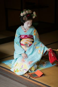 芸妓さんと舞妓さんのブログ (October maiko Ayaha of Pontocho with her. Kimono Japan, Japanese Kimono, Japanese Art, Geisha Japan, Geisha Art, Japanese Beauty, Japanese Fashion, Kyoto, Kabuki Costume