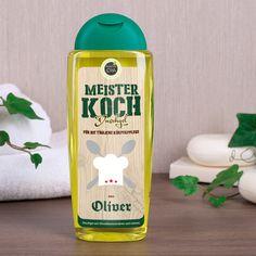 """Dieses Duschgel richtet sich speziell an alle Meister Köche dieses Landes. Das Etikett wird mit Ihrem Wunschnamen ergänzt. Desweiteren ist der Schriftzug """"Meister Koch"""" und ein Kochmützen-Motiv auf dem Etikett zu sehen."""