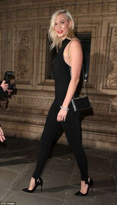 Karlie Kloss seen leaving The Fashion Awards 2017 held at Royal Albert Hall on December 4 2017 in London England Tall Girl Short Guy, Short Girls, Timeless Fashion, Fashion Beauty, Karlie Kloss Style, American Dress, Fashion Models, Female Fashion, Red Gowns