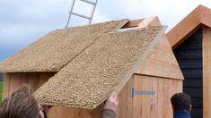 Altijd al gedroomd van een echt rieten dak? Dankzij de EasyRiet dakelementen voorzien van echt natuurriet is het nu voor iedereen mogelijk om zelf op een bijzonder eenvoudige manier uw tuinhuis, blokhut, kapschuur, veranda overkapping, garages etc. te voorzien van een echt rieten dak. De EasyRiet dakelementen hebben exact dezelfde uitstraling als een traditioneel gelegd rieten dak.