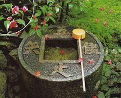 龍安寺の茶室の蹲踞(つくばい)。「吾唯知足」と読む。その意味の説明は省略。