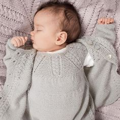 Noen som venter på en ny liten? ❤️ Nå finner du GRATIS OPPSKRIFT på Det nydelige hentesettet MOSSE på Dustorealpakka.no  (Søk på Mosse. ) - Hentesettet er strikket i DSA Tynn Alpakka. Garnalternativ er Mini Sterk.  - Design: Trine Lise Høyseth.  - #mossehentesett #mosseteppe #hentesett #strikktilbaby #babystrikk #diykidsfashion #norskdesign #dsatynnalpakka #dsaministerk #dustorealpakka #vielskergarn #strikkeinspo #garninspo #strikkedilla #knittersofinstagram #mirasolschool #mirasolskolen