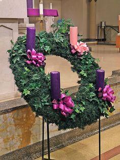 Saint Mary Magdalen Roman Catholic Church, in Saint Louis, Missouri, USA - advent wreath. Church Altar Decorations, Church Christmas Decorations, Christmas Flowers, Christmas Wreaths, Advent Wreaths, Christmas Tables, Purple Christmas, Nordic Christmas, Reindeer Christmas