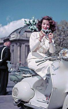 Vintage Motorcycles María Félix, pose pour une publicité Vespa à París en 1955 - source Fundación MARÍA FÉLIX. Piaggio Scooter, Scooters Vespa, Vespa Bike, Vespa Px, Motor Scooters, Scooter Girl, Retro Scooter, Triumph Motorcycles, Vintage Motorcycles