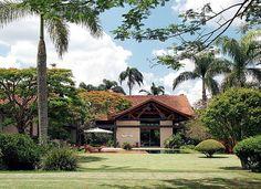 GALERIA VERDE  Mesmo mais afastada do jardim – localizado no lote vizinho –, a casa está integrada ao verde a partir do tapete de grama-esmeralda que leva a todos os cantos, da piscina à pérgola (Foto: Casa e Jardim)