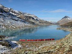 Ferrovia retica - Elettrotreno ALLEGRA nei pressi del Lago Bianco | Fonte: Archivio Fotografico Rhb