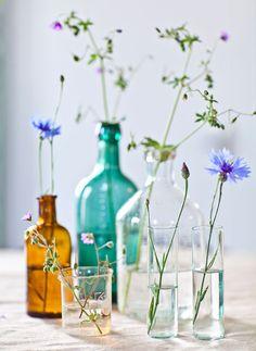 INRED MED LOPPISFYND Á LA ELSA BILLGREN: 3. Gruppera mera. Mixa vilt allt från flaskor, småvaser, mjölkprovrör och andra glasbehållare och bygg en liten gruppering. Tänk på att det blir allra vackrast med olika höjder, färger och former! | Hus & Hem