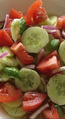 egészséges saláta Marinated Cucumbers, Cucumbers And Onions, Cucumber Tomato Salad, Cucumber Salad Vinegar, Cucumber Recipes, Tomato Salad Recipes, Recipes With Cucumbers, Panera Tomato Soup Recipe, Cucmber Salad