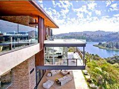 Casa de Ashton Kutchen.Vive nunha casa de 10 millons de dólares en Hollywood Hills (Los Ángeles).O actor comprou esta casa de máis de 9 mil metros cuadrados, antes que Justin Bieber a puidese comprar.Ten vistas ao Lago e 3 piscinas interiores con dúas saunas.