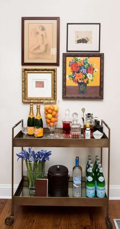 Bar Cart Ideas - There are some cool bar cart ideas which can be used to create a bar cart that suits your space. Having a bar cart offers lots of benefits. This bar cart can be used to turn your empty living room corner into the life of the party. Diy Bar Cart, Gold Bar Cart, Bar Cart Styling, Bar Cart Decor, Brass Bar Cart, Canto Bar, Bandeja Bar, Bar Sala, Apartment Bar