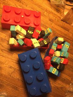 Lego Ninjago traktatie van doosje rozijntjes, geel gezichtje en reepje crêpe papier... Snel makkelijk en succes verzekerd!!