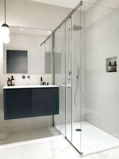 La salle de bains : 4 m2 confortables avec une douche spacieuse.
