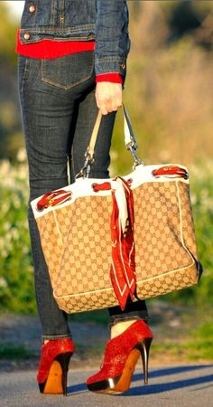 Gucci Black Purse Classic But Trendy - Gucci Jeans - Ideas of Gucci Jeans - gucci great commuter bag.large enough to hold shoes water bottle nook sweater scarf and it's stylish too! Gucci Purses, Luxury Handbags, Burberry Handbags, Purses And Handbags, Designer Handbags, Gucci Bags, Gucci Shoes, Cake Chanel, Commuter Bag