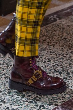 Versace Fall 2018 Men's Fashion Show Details. All the Fall 2018 Menswear fashion shows in one place. Designer collections, runway reviews, photos, videos, backstage, accessories, beauty, atmosphere, street style & more.