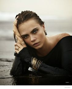 English fashion model Cara Delevingne stars in John Hardy Fall 2014 Campaign. Cara Delevingne's unique beauty and free spirit capture the essence John Hardy Ideas Para Photoshoot, Photoshoot Inspiration, Beach Poses, Beach Shoot, Photoshoot Beach, Beach Boudoir, Shooting Pose, Modelos Victoria Secret, Foto Glamour